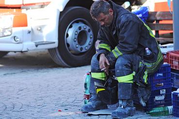 Az olasz polgári védelem, a tűzoltóság és a fegyveres erők mentőegységei szerda hajnal óta dolgoznak a földrengés sújtotta térségben.