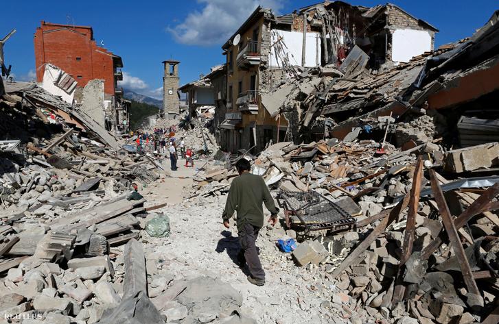 Pescara del Tronto romjai a földrengés másnapján.