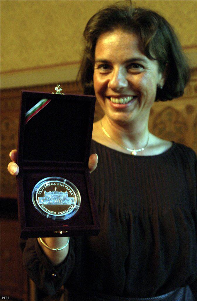 Dobolyi Alexandra szocialista EP-képviselő a bolgár parlament emlékérmét mutatja, amit Bulgária uniós csatlakozásának elősegítéséért Georgi Pirinszkitől, a bolgár Nemzetgyűlés elnökétől vett át Budapesten, 2007 szeptemberében.