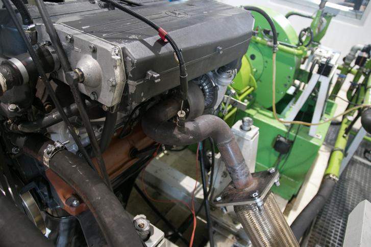 Nem túl bonyolult ez a Mercedes-motor, de megbízhatósága miatt szeretik a mezőgazdasági gépekben