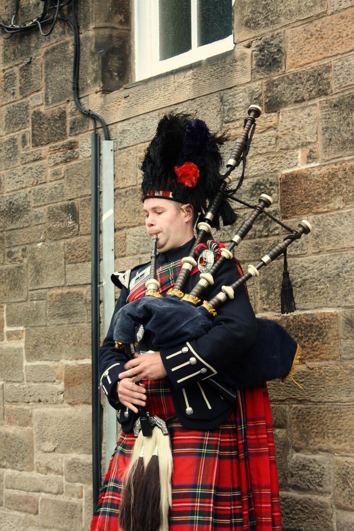 Bagpiper in Edinburgh 001