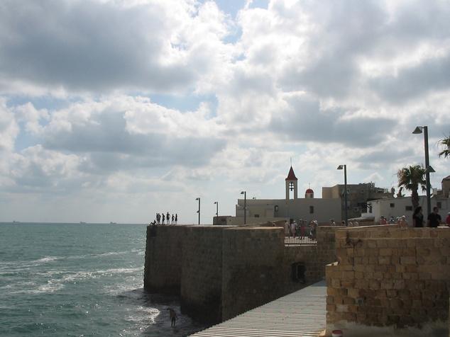 Egy csobbanás a vízbe, az akkói erődítményről?