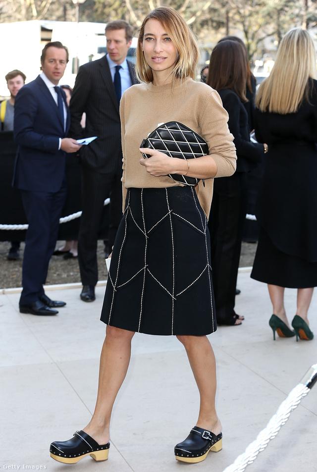 A francia tévés személyiség, Alexandra Golovanoff a ruhájával megegyező árnyalatú klumpában érkezett a Céline párizsi bemutatójára.