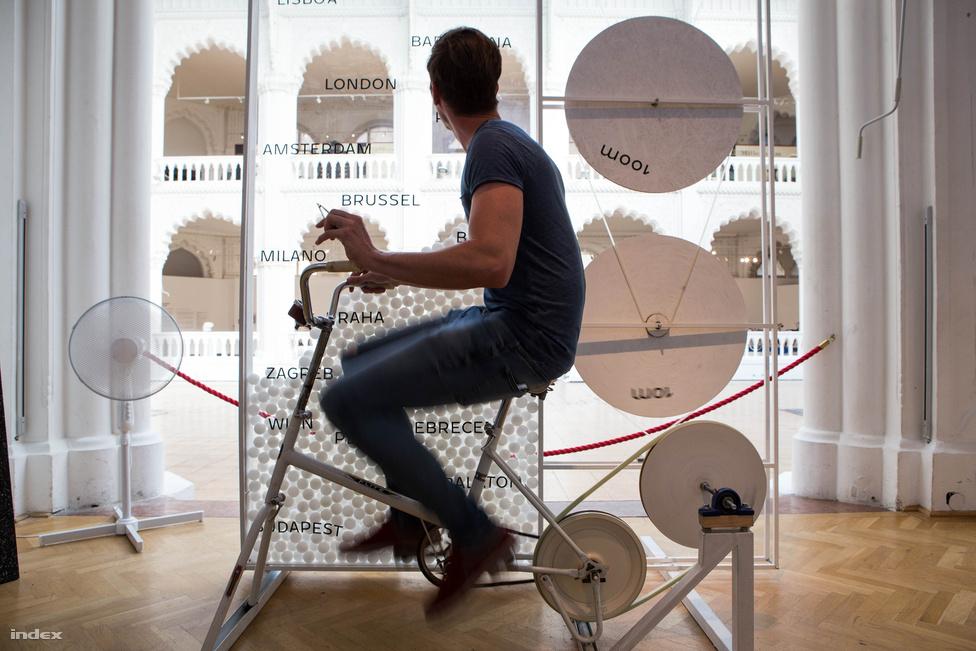 A budapesti Studio Nomad dizájstúdió saját megfogalmazása szerint egy különféle térinstallációkat készítő társaság. A Bringológiára három interaktív kiállítási tárgyat csináltak, ez itt a közösség erejét szimbolizálja, azt a sok száz pingpong-labdát ugyanis mind a látogatók tekerték az üveglapok közé. Kilométerenként egy labdát pottyant le a szerkezet, eszerint eddig kb. Prágáig tekertek el a látogatók. A kiállítás még nincs a félidejénél sem, a novemberi zárásig meglehet Lisszabon.