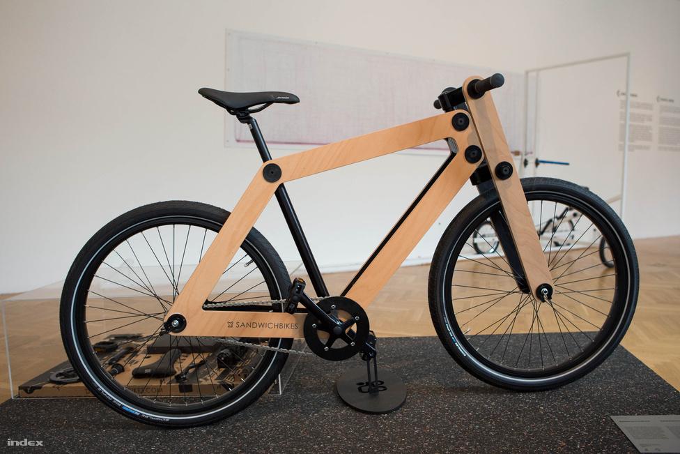 A holland Pedalfactory Sandwichbike-ja, aminek inkább volt ihletője az IKEA, mint a szendvics. A tervezők fő motivációja az volt, hogy bringás és bringája viszonya már az első tekerés előtt elkezdődjön. A csináld magad elv itt annyit tesz, hogy a lapra szerelt kerékpárt a megrendelő maga rakja rakja össze. A váz két összecsukható furnérlapból áll, amely - akárcsak a bútoriparban - egyencsavarokkal kötődik a többi elemhez.