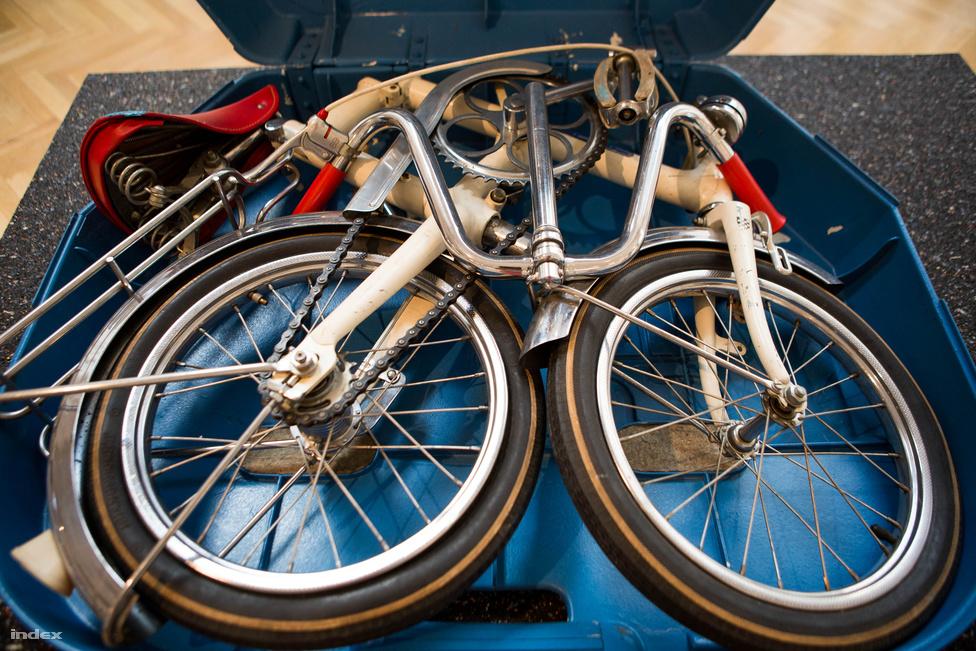 A Közlekedési Múzeum gyűjteményéből került elő ez az összecsukható bicikli. Egyedi példány, a Műszaki Egyetem egy ismeretlen hallgatójának diplomamunkája volt valamikor a hetvenes években. Kifejezetten a Csepelnek tervezte, még saját dobozt is készített hozzá képes összeszerelési útmutatóval.