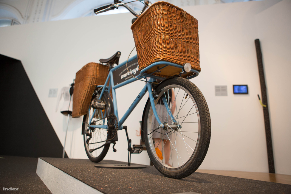 """Merényi """"Grafitember"""" Dániel miskolci műhelyének teherhordó kerékpárja, Rövid János. Egy minden elemében kelet-magyarországi termék, ami egy helyi vállalatnak készült, azt a két nagy teherbírású fűzfakosarat pedig a szintén miskolci MAACRAFT készítette. Az autistákat foglalkoztató szociális műhely másik terméke, a Kubikle fantázianevű szállítódobozok szintén megnézhetőek a Bringológián."""