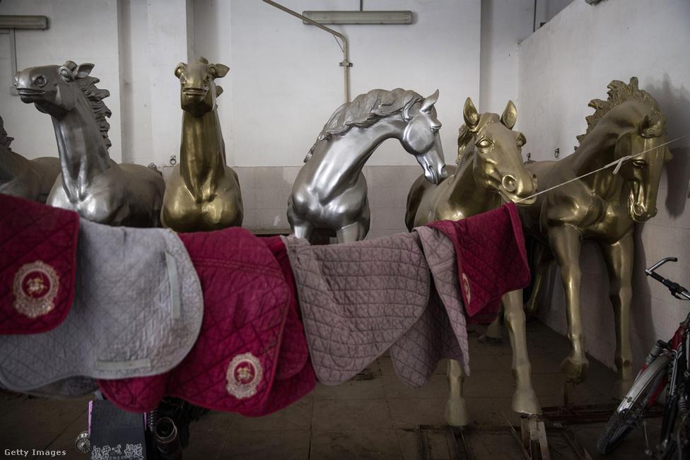 A Goldin Metropolitan csak részben szól a lovakról, igaz, hogy van három pályája és 300 férőhelyes istállója, de az oda érkező üzletemberek kiszolgálása a cél. A klubhoz így hotel, 12 étterem, gyógyfürdő, borpince, edzőterem és luxusingatlanok is tartoznak.