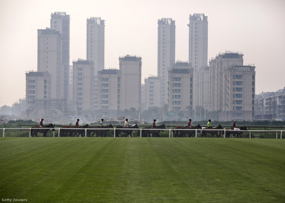 Az almák nem esnek messze fájuktól. A kínai gazdaság egyik hajtóereje az ingatlanfejlesztés. A lovaspóló klubok sokszor éppen az új városrészek kapnak helyet. Az ingatlant építő cégek vezetői meg oda járathatják a gyerekeiket.