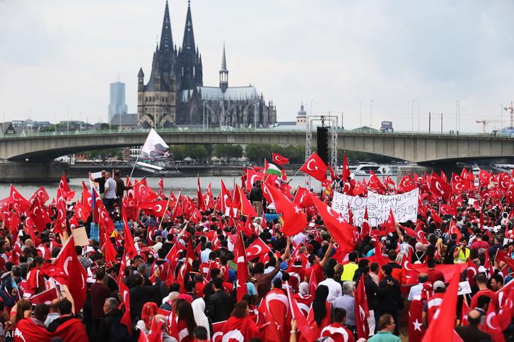 Erdogan németországi hívei vonultak utcára Kölnben, az elbukott puccs utáni napokban.