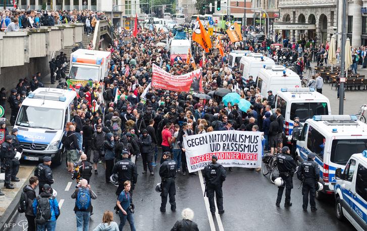 Tüntetők vonultak az utcára Kölnben, akik az Erdogan hívei miatt utcára vonult szélsőjobboldali tüntetők ellen tüntettek.