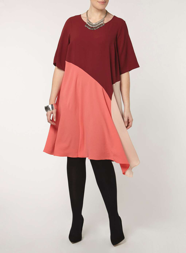 A trendi színeket kapott egyrészesért 15 fontot, 5417 forintot kérnek az Evans üzleteiben.