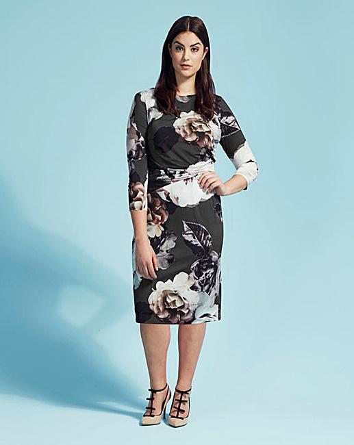 A virágmintás ruháért 45 fontot, 16.2249 forintot kérnek a Coast üzleteiben.