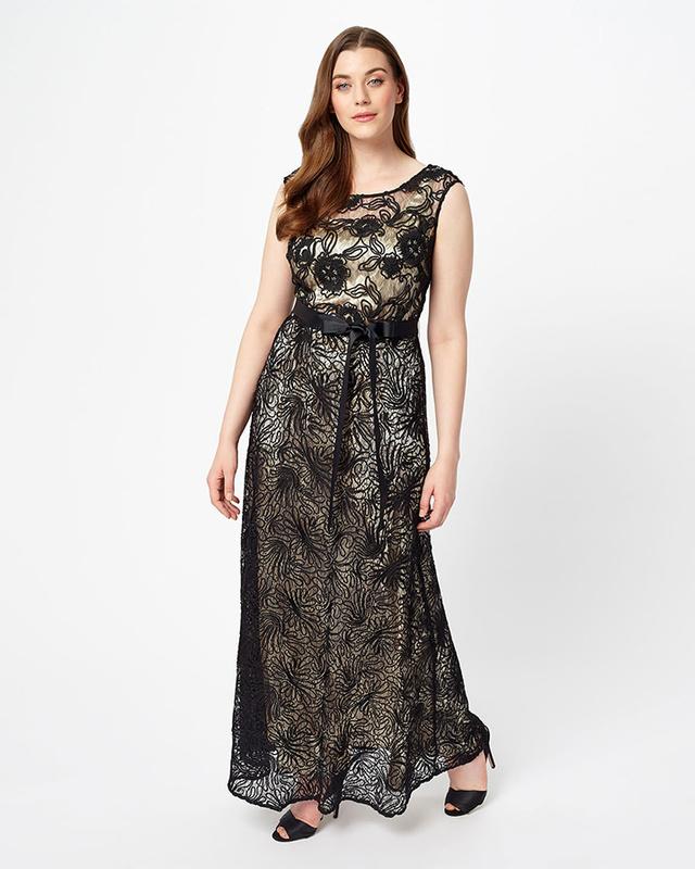 A csinos estélyi ruhákért 280 fontot, 101 ezer forintot kérnek a Studio Eight üzleteiben.