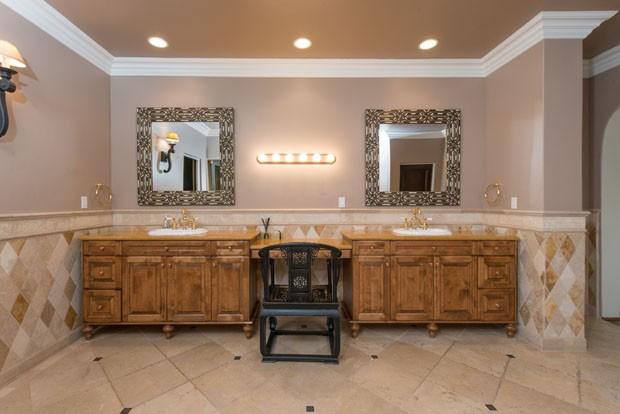 Több ilyen fürdőszoba is található a házban.
