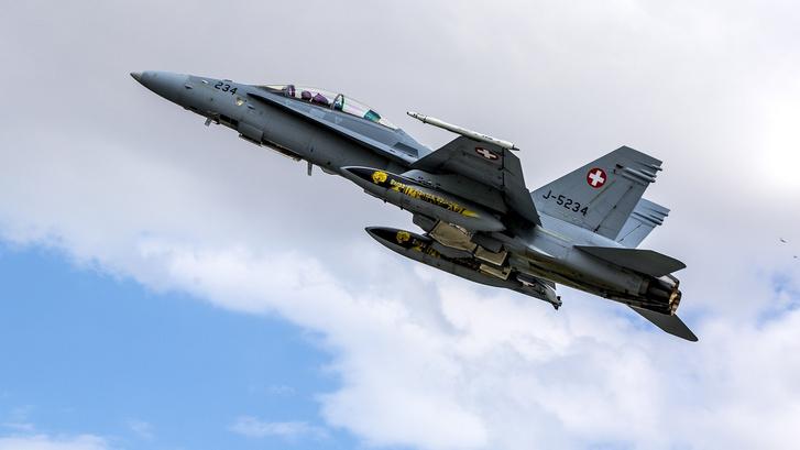 Egy svájci F-18-as egy törökországi NATO bemutatón, 2015-ben.