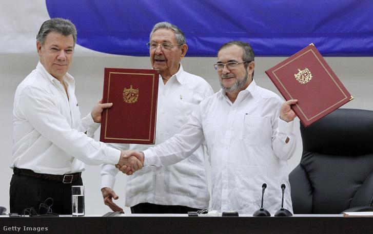 Santos, Timonchenko és Raul Castro a fegyverszüneti megállapodással.