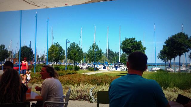 Paletta, Balatonboglár: ha már nincs elég jó idő a strandoláshoz, együnk-igyunk, beszélgessünk, bámuljuk a kikötő életét