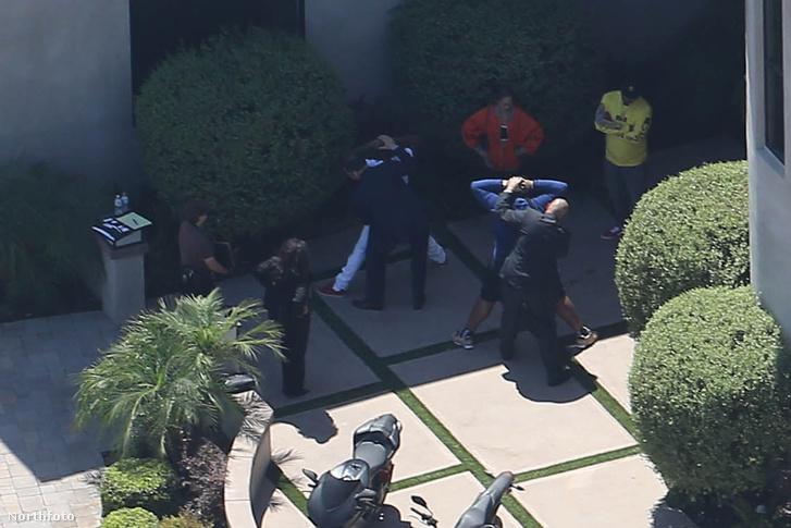 Rendőrök intézkednek Chris Brown házában a házkutatás után.