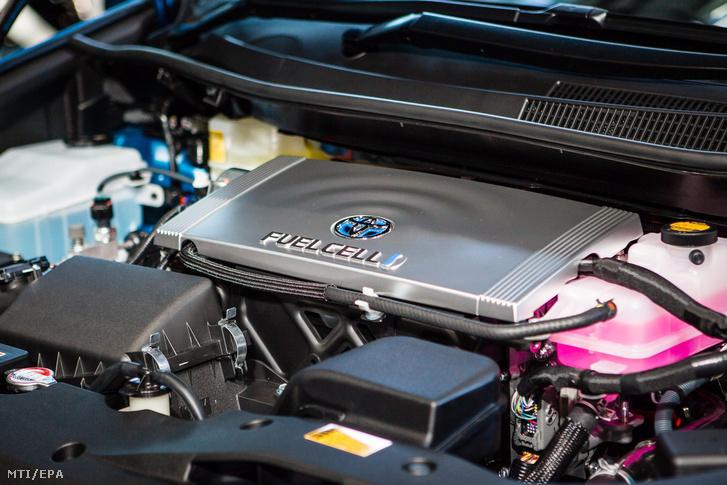 A Toyota hidrogénüzemű autójának a Mirainak a motortere a jármű tokiói bemutatóján 2014. november 18-án.