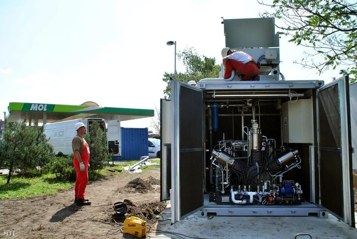 2011. augusztus 3. Szakemberek egy földgázsûrítõ berendezés kiépítésén dolgoznak a Mol Nyrt. Kõbányai úti kútjánál ahol a Fõvárosi Gázmûvek Zrt. és a Mol nyilvános sûrített földgáz-üzemanyagú (CNG) töltõállomást létesít.