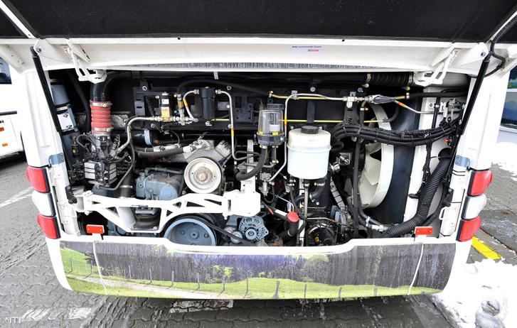 Egy sûrített földgáz üzemû autóbusz motorja