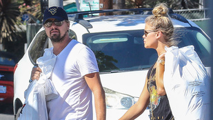 Leonardo DiCaprio kézen fogta a nőjét és két óriási csomagot