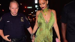 De ki ez a férfi, akivel Rihanna kézen fogva andalog?