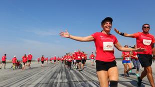 Runway Run 4.0: Piros ruhás alakok lepték el a repteret