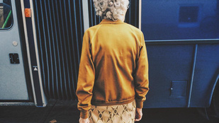Zuglóban látták a nénit, akinek mustárszínű szettjét mindenki megirigyelné