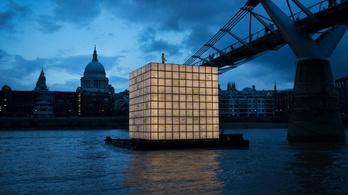 Világító kocka úszik a Temzén