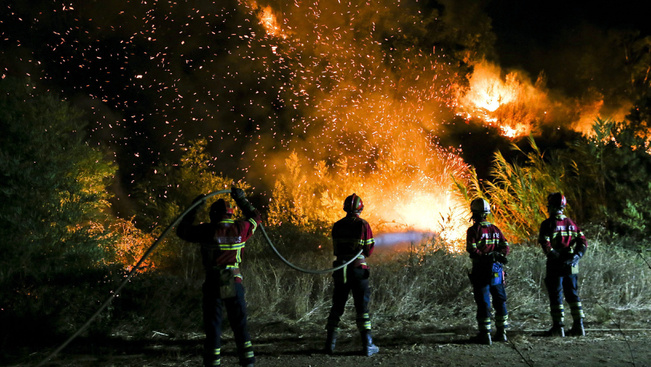 Tengerparti üdülőhelyeket fenyeget az erdőtűz Portugáliában, 50 turistát kimenekítettek