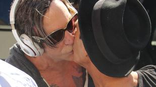 Mickey Rourke szájon csókolt egy férfit