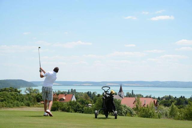 Ilyen tájban még annak is kedve támad golfozni tanulni, aki egyébként hülyeségnek tartja az egészet