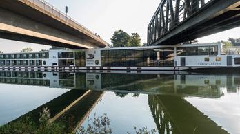 Hídnak ment egy Budapestre tartó hajó a Dunán, két halott