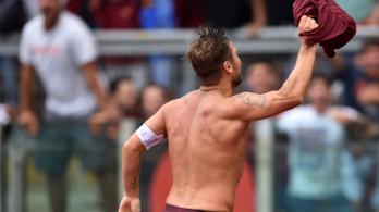 Totti a 93.-ban döntötte el a háromórás meccset a tóvá vált stadionban