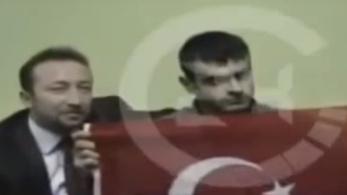 Török titkos ügynökök ölelgetik egy videón az újságírót meggyilkoló fiút