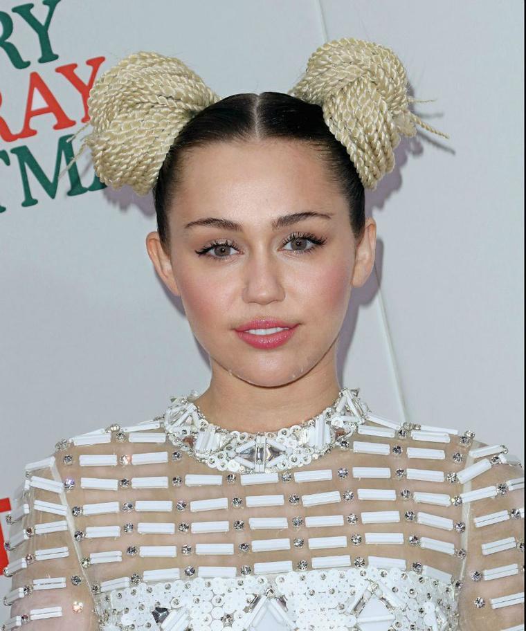 Miley Cyrusnak is jellegzetes barna szemei vannak.