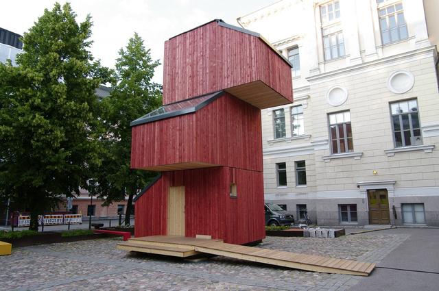 A finn Aalto egyetem diákjai előregyártott elemekből rakták össze ezt a három szintes faházat, mellyel a finnek jelenlegi lakhatási helyzetére illetve az ideiglenes lakhatási menedékkérők problémáira kívánták felhívni a figyelmet. A Kokoon néven futó projektet különböző konfigurációkban lehet megtekinteni a Finn Építészeti Múzeumban Helsinkiben.