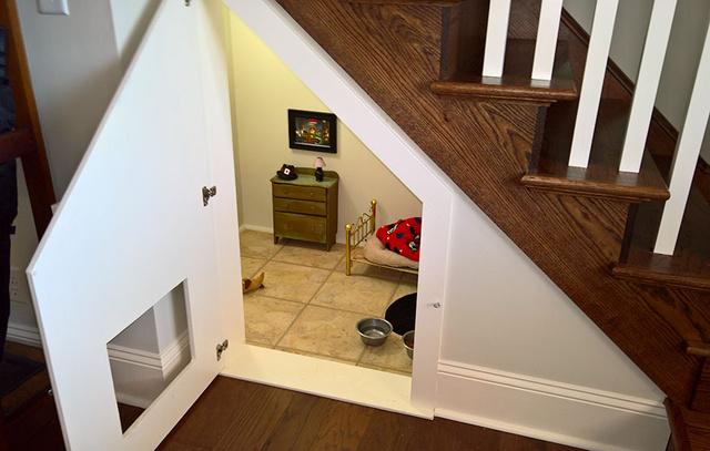 Íme a lépcső alatti lakosztály.