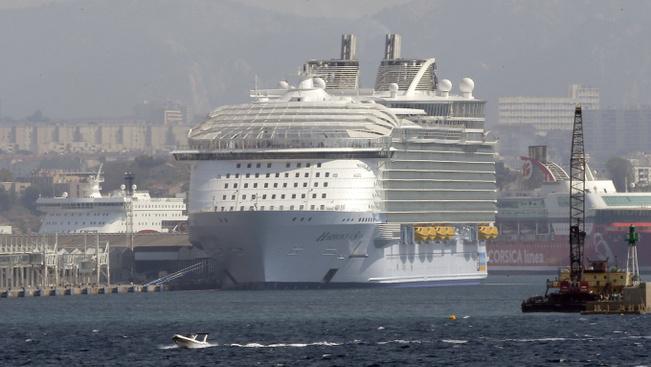 Emberekkel együtt szakadt le egy mentőcsónak a világ legnagyobb tengerjáróján