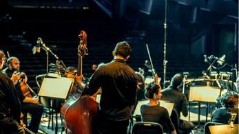 Teltházas koncertet adott egy szíriai menekültekből álló zenekar Berlinben