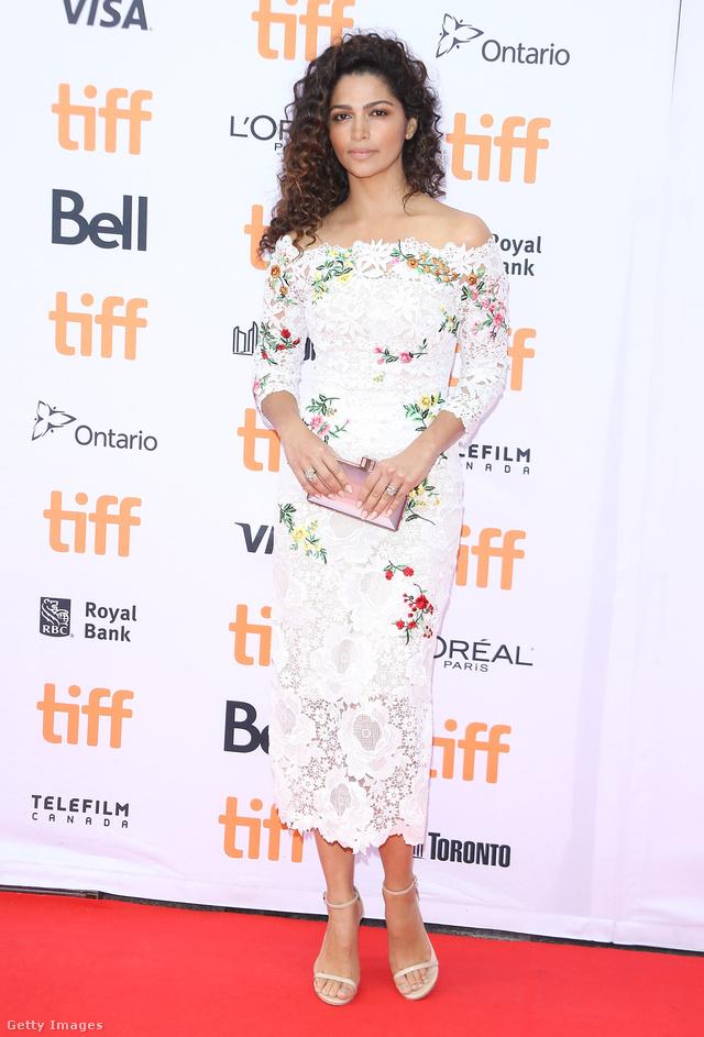 Matthew McConaughey felesége, Camilla Alves egy Monique Lhuillier által tervezett virágos csipkeruhában pózolt az Énekelj! bemutatóján.