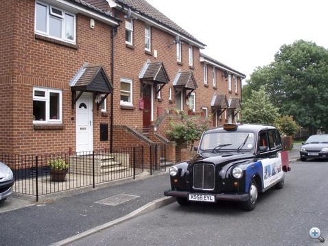Tamás taxija még londoni szolgálatra készen