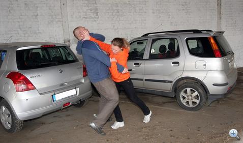 Harc a parkolóban