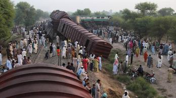 Óriási vonatbaleset történt Pakisztánban