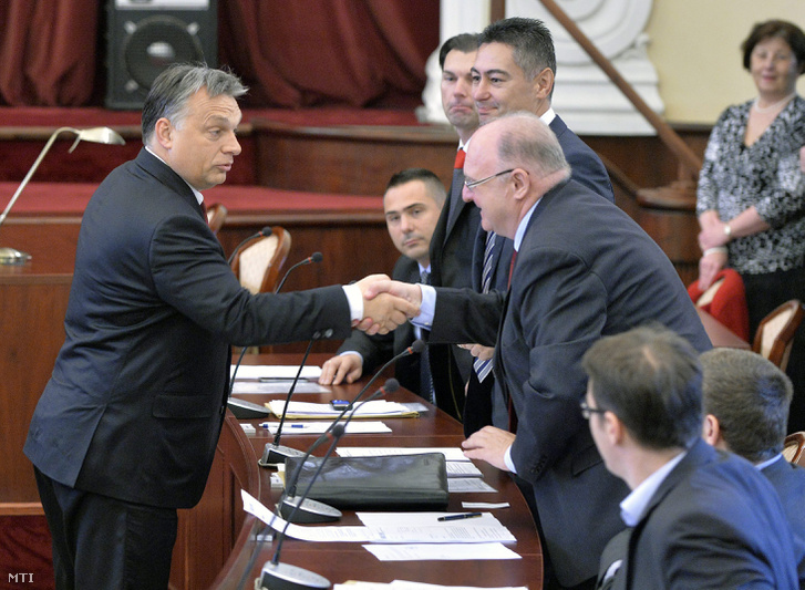 Orbán Viktor miniszterelnök kezet fog Tóth Józseffel (MSZP) a főváros XIII. kerületének polgármesterével a Fővárosi Közgyűlés ünnepi alakuló ülésén a Városháza dísztermében 2014. november 7-én.