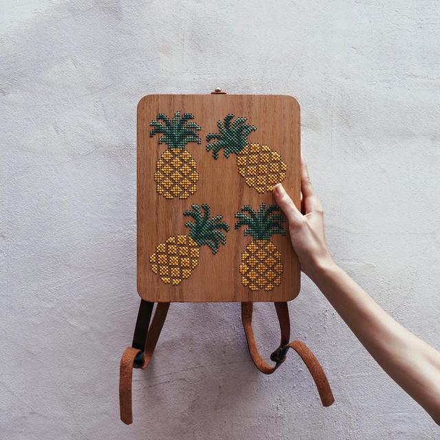 Nagy kedvencünk az ananászos hátizsák, aminek paraméterei 22 x 28 x 4 centiméter.