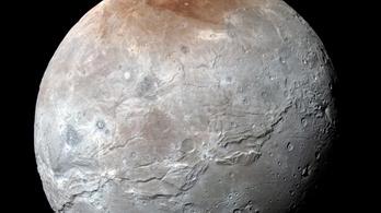 Pirosra festi saját holdját a Plútó