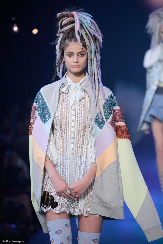 Rave korszakot idéző pasztell színű raszta frizura és fehérneműre emlékeztető ruha Marc Jacob kifutóján.